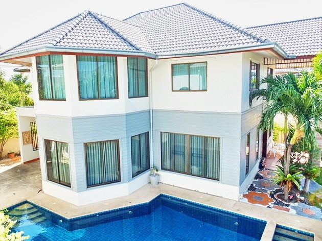 House for rent East Pattaya showing the house and private pool