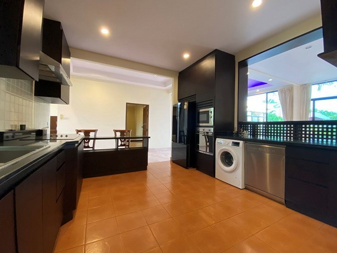 House for rent East Pattaya showing the kitchen and breakfast bar