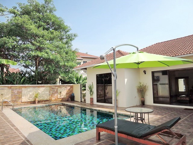 House for rent East Pattaya showing the poolside and terrace