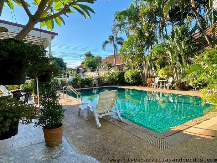 House for rent East Pattaya showing the pool and terrace