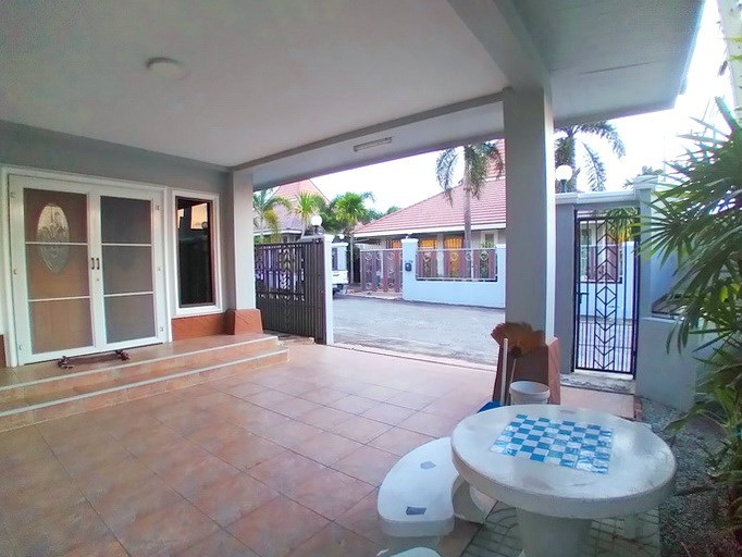 House for rent East Pattaya showing the terrace and carport