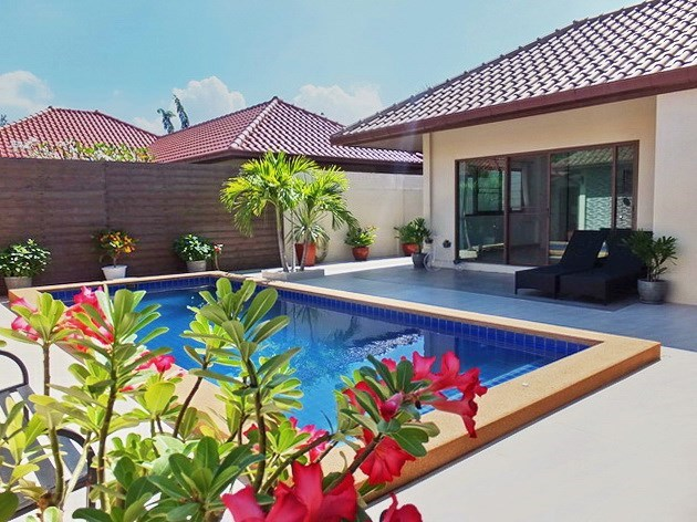 House for rent Huay Yai Pattaya showing the terrace and pool