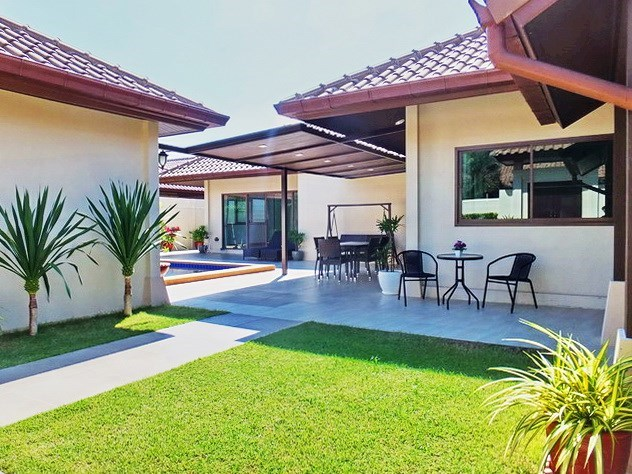 House for rent Huay Yai Pattaya showing the house, covered terrace and garden