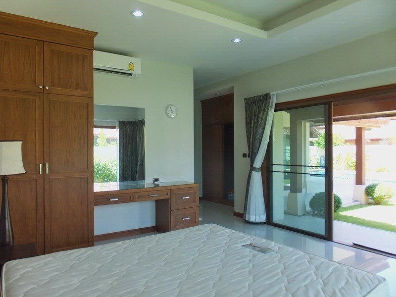 House for rent Huay Yai Pattaya showing the master bedroom with built-in wardrobes