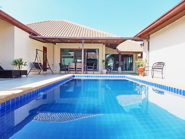 House for rent Huay Yai Pattaya showing the pool and covered terrace