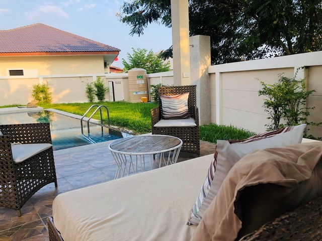 House for rent Huay Yai Pattaya showing the terrace and garden