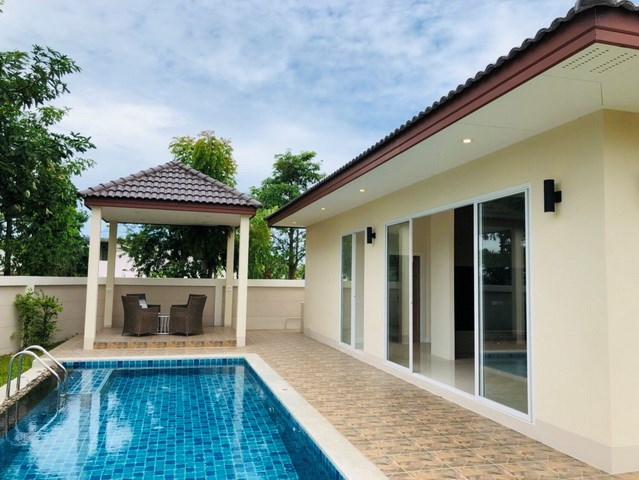 House for rent Huay Yai Pattaya showing the terraces and pool