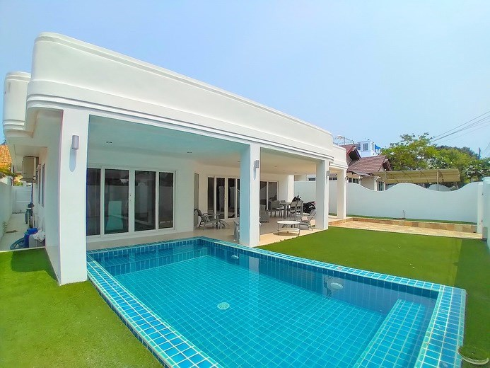 House for rent Jomtien Beach showing the house, pool and covered terrace