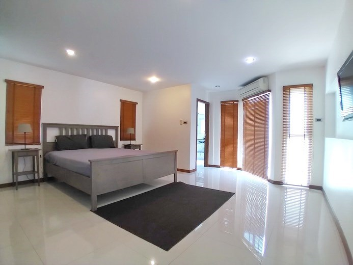 House for rent Jomtien Beach showing the master bedroom suite