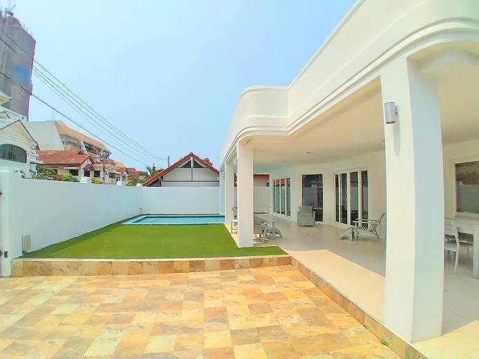 House for rent Jomtien Beach showing the pool and terrace