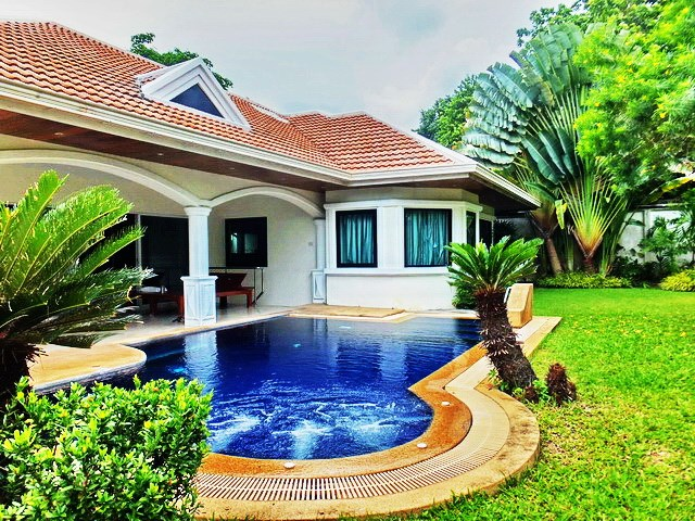House For rent Jomtien Park Villas Pattaya showing the house and pool