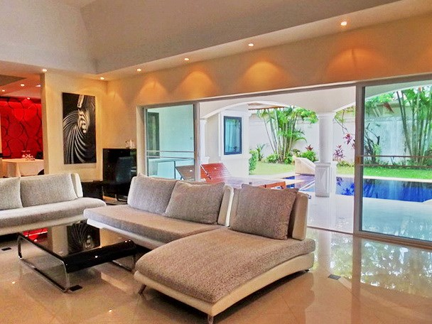 House For rent Jomtien Park Villas Pattaya showing the living area and covered terrace