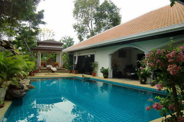 House for rent Jomtien showing the house and pool