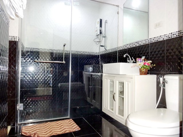 House for rent Jomtien Pattaya showing a bathroom