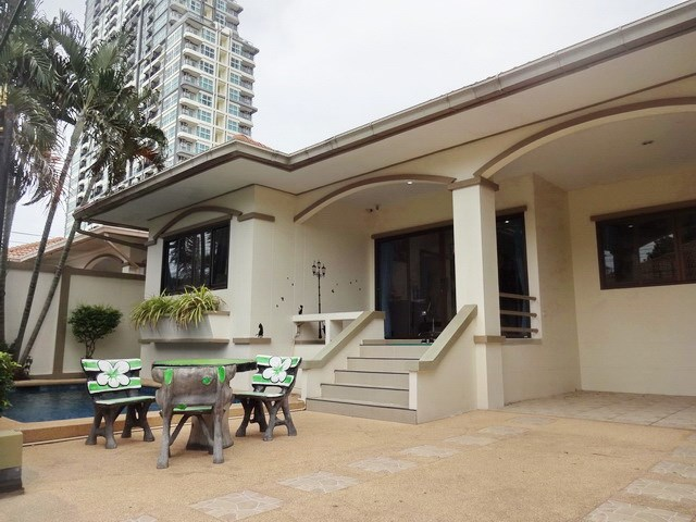 House for rent Jomtien Pattaya showing the house and terraces