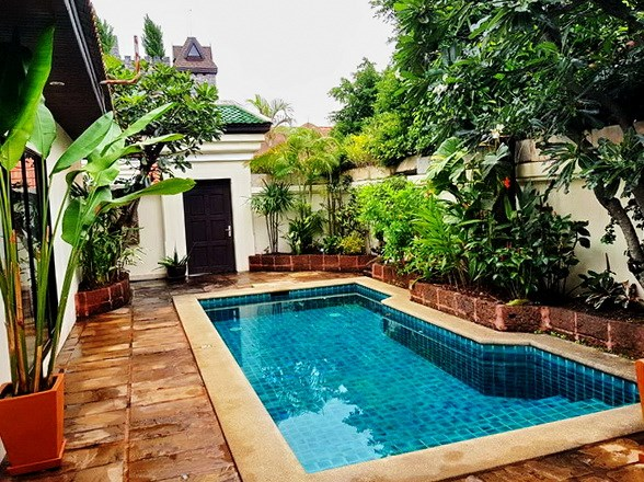 House for rent Jomtien View Talay Villas showing the pool and entrance