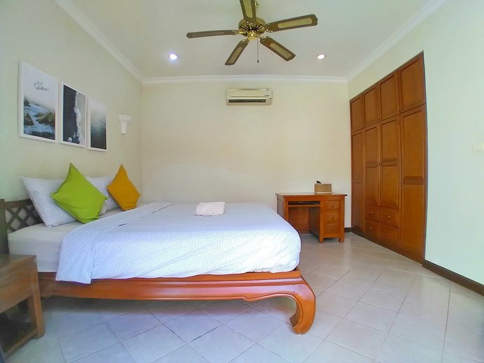 House for rent Jomtien showing the bedroom and wardrobes