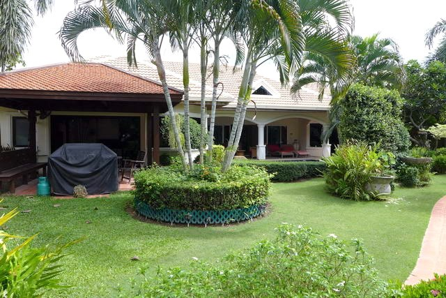 House for rent Jomtien showing the house and garden