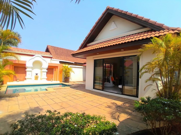 House for rent Jomtien showing the garden and pool