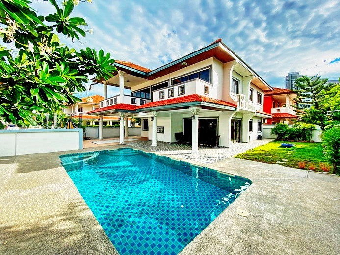 House for rent Jomtien showing the house, garden and pool