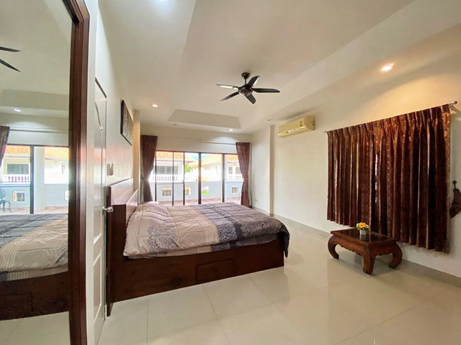 House for rent Jomtien showing the master bedroom with balcony