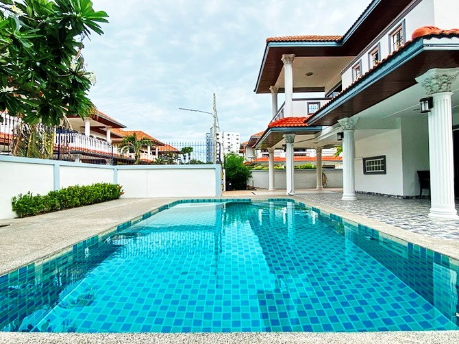 House for rent Jomtien showing the pool and carport