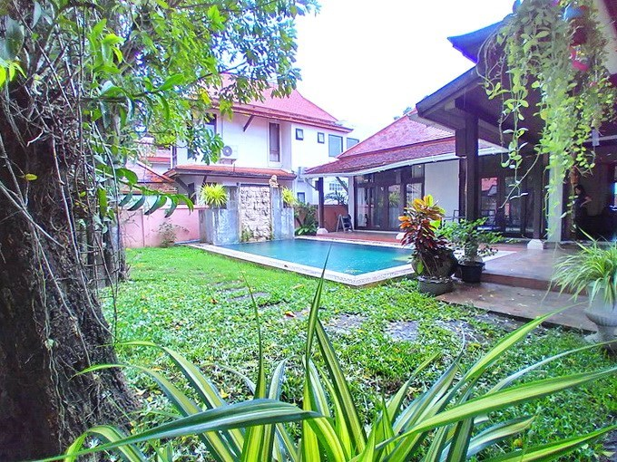 House for rent Mabprachan Pattaya showing the garden and pool
