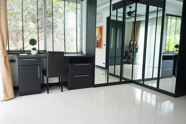 House for rent East Pattaya showing the master bedroom with built-in wardrobes