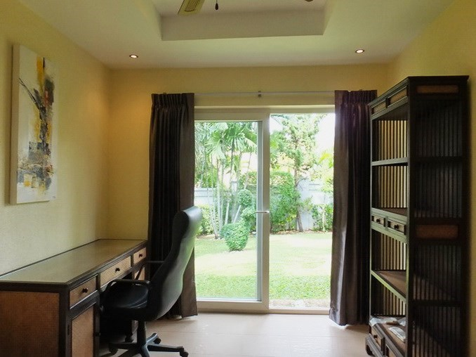 House for rent Pattaya at Siam Royal View showing the third bedroom with office area