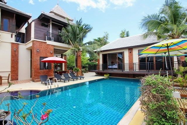 House for rent East Jomtien showing the house and pool