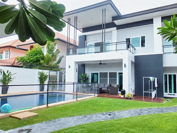 House for rent South Pattaya showing the house and swimming pool
