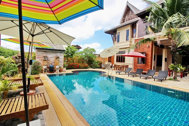 House for rent East Jomtien showing the house terraces and pool
