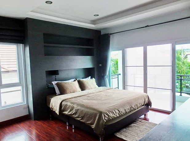 House for rent South Pattaya showing the master bedroom and balcony