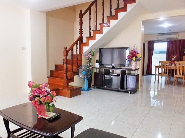 House for rent Pratumnak Pattaya showing the living and dining areas