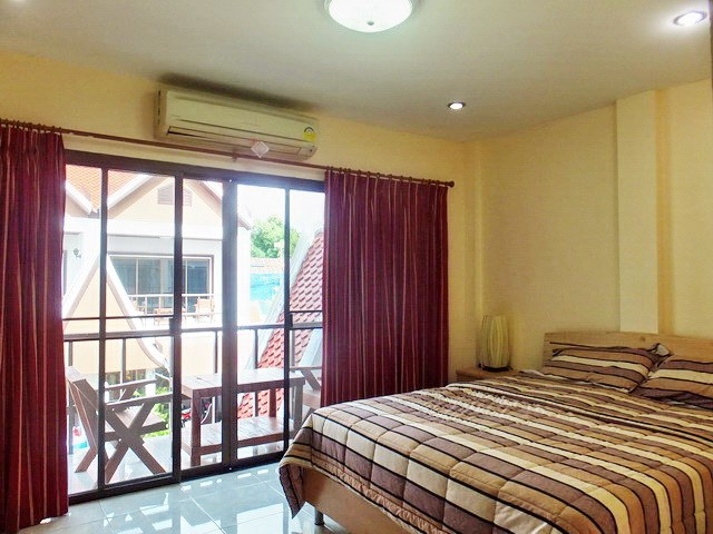 House for rent Pratumnak Pattaya showing the master bedroom and balcony