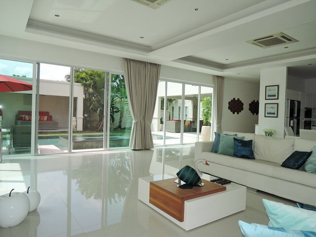House for rent The Vineyard Pattaya showing the living area poolside