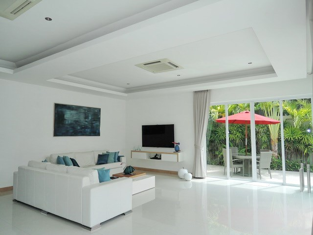 House for rent The Vineyard Pattaya showing the living room with morning terrace