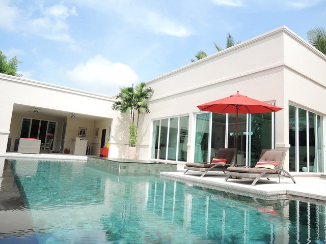 House for rent The Vineyard Pattaya showing the poolside terrace