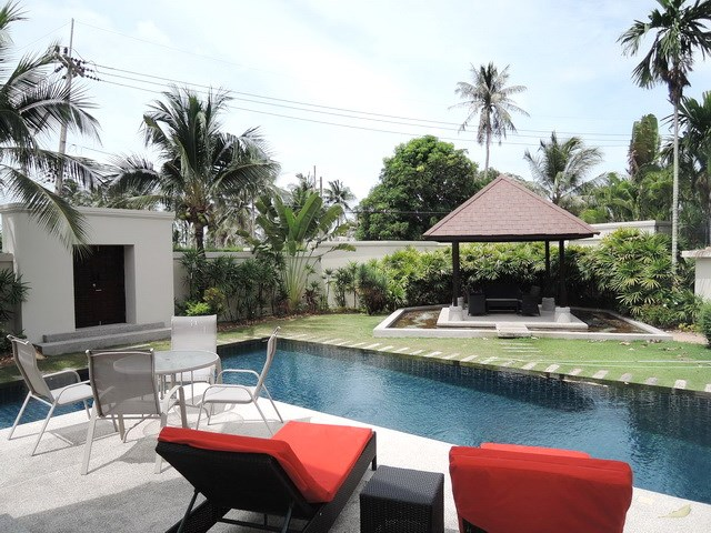 House for rent at Pattaya The Vineyard showing the terrace swimming pool and sala