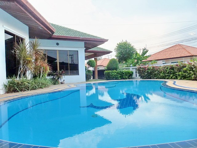 House for rent East Pattaya showing the pool