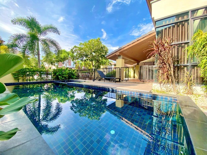 House for rent East Pattaya showing the pool and terraces
