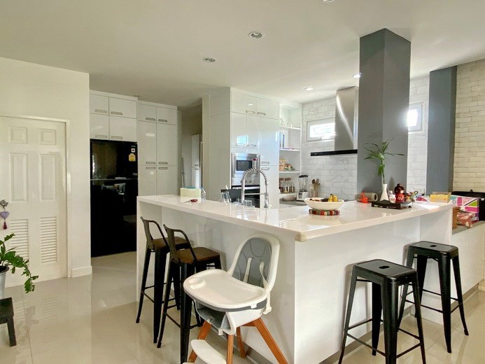 House for sale East Pattaya showing the kitchen and breakfast bar