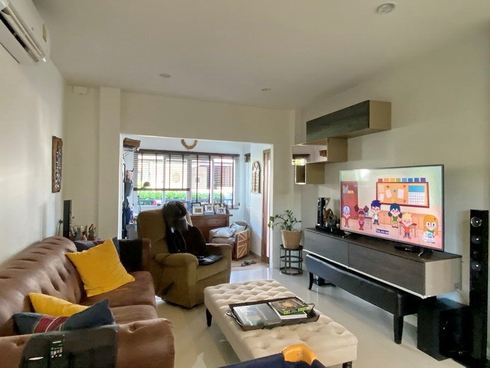House for sale East Pattaya showing the living room and entrance