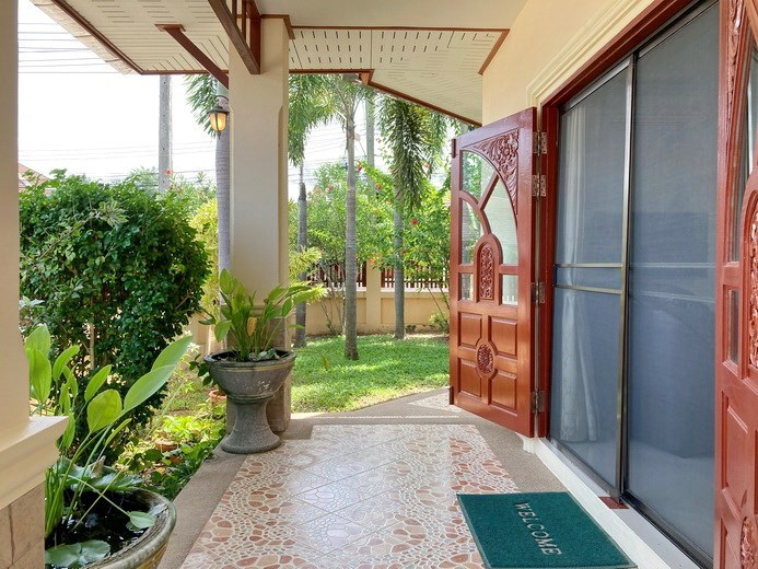 House for sale East Pattaya showing the garden and entrance