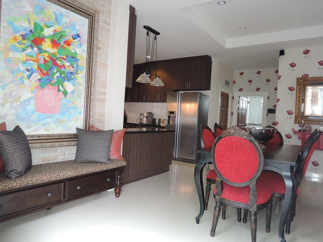 House for sale Huay Yai Pattaya showing the dining area from the foyer