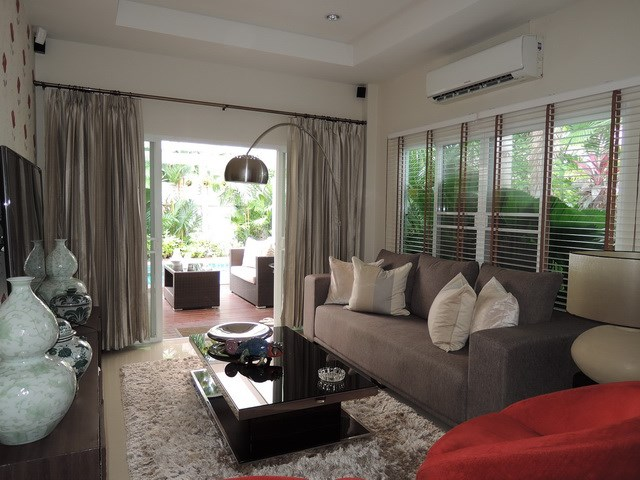 House for sale Huay Yai Pattaya showing the living room poolside