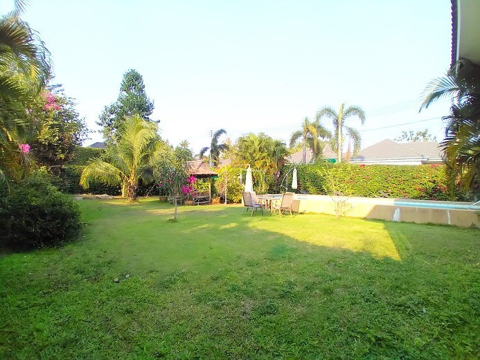 House for sale Huay Yai Pattaya showing the large garden