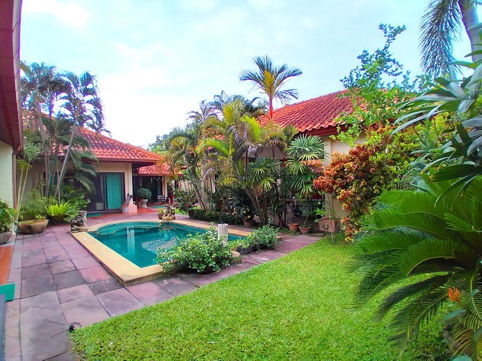 House for sale Huay Yai  Pattaya showing the garden and pool