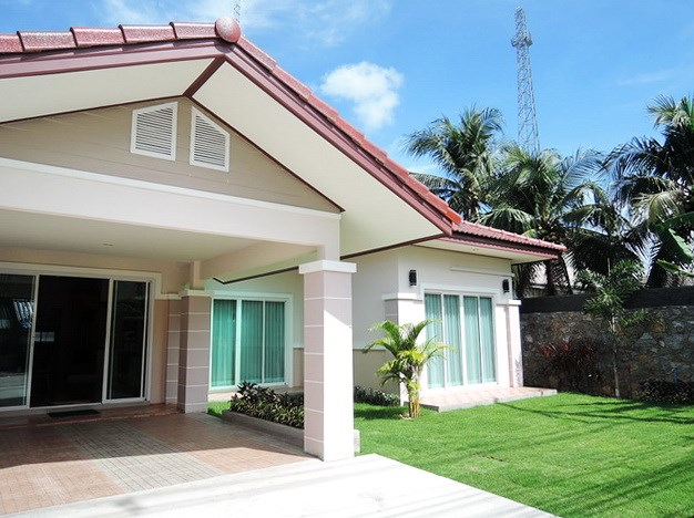 House for sale Huay Yai Pattaya showing the house and carport