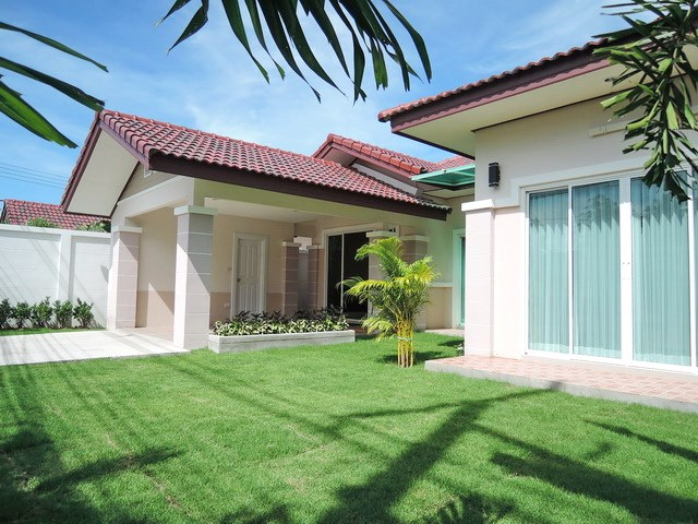 House for sale Huay Yai Pattaya showing the house and garden